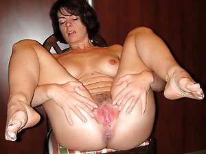 Nasty MILF in her solo play