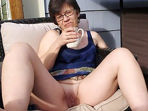 Elegant-looking older girl giving pussy