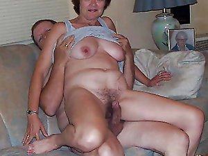 Voluptuous mature strumpet in her solo play