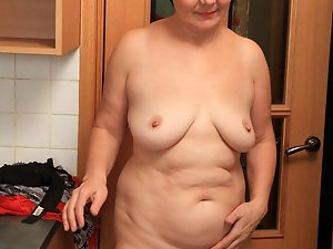 Filthy older dame posing fully naked